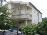Novi Vinodolski, zaleđe kuća sa tri stana