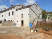Istra, okolica Vodnjana, Čabrunići, više starih zgrada u nizu za obnovu